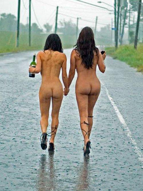голые девушки под дождём фото
